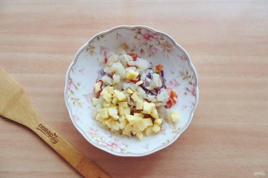 Яблоко помойте, очистите и нарежьте небольшими кубиками.