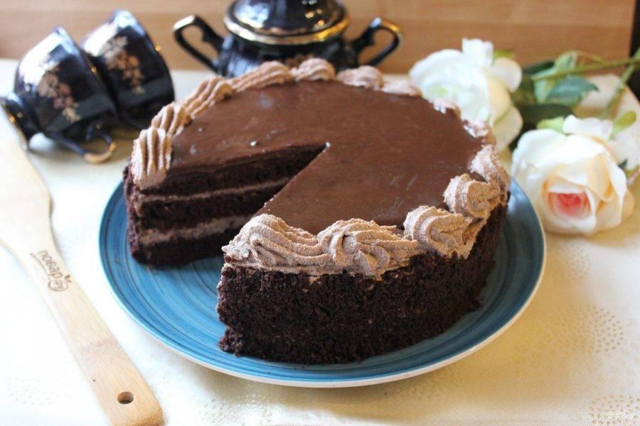 Дайте глазури застыть, и подавайте торт к столу.