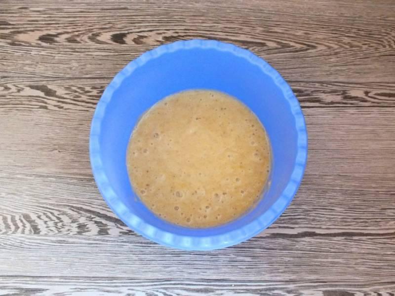 Бананы очистите, переложите в чашу. Пробейте погружным блендером в пюре и разделите на две части.