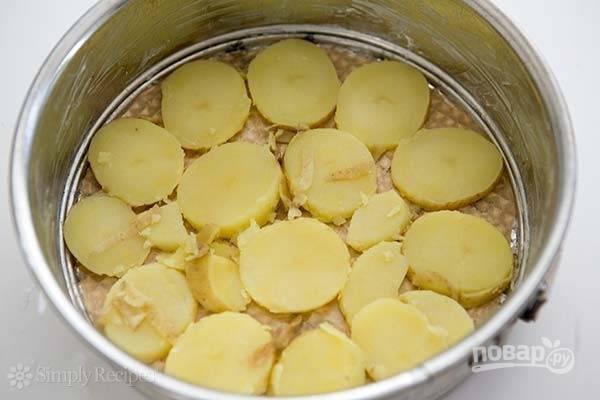 3.Форму для запекания смажьте сливочным маслом. Картофель очистите от кожуры и нарежьте тонкими кружочками. Выложите 1/3 картофеля на дно.