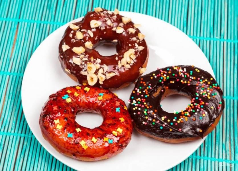 8. Для третьего варианта глазури ягоды смешайте с 3 ст. ложками сахарной пудры и измельчите блендером. Обмакните пончики в глазури и посыпьте конфетти. Приятного аппетита!