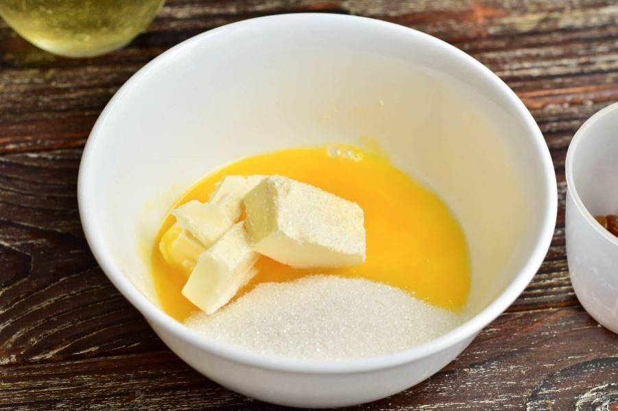 В миске взбейте вилкой половину яйца, вторую половину отлейте в другую миску. Добавьте сливочное масло и 2,5 ст. ложки сахара.