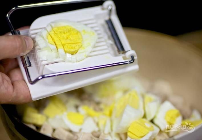 3.Отвариваю куриные яйца, остужаю их, а затем нарезаю кубиками и отправляю в миску к курице.