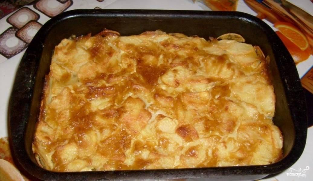 Ставим форму в духовку температурой 200 градусов на 20-30 минут. Ждем, когда картофель подрумянится.