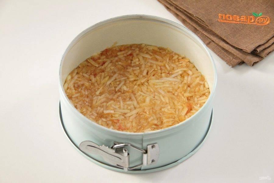 Сверху равномерно распределите часть яблок и примните начинку вилкой или лопаткой.