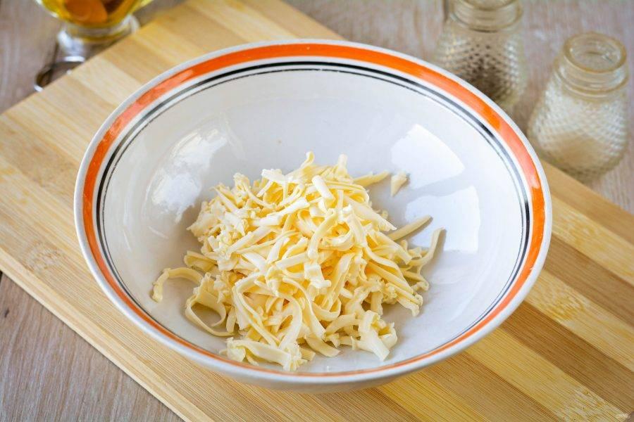 Натрите на терке плавленый сыр.