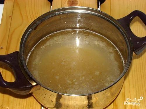 Берем полстакана холодной воды, опускаем туда желатин и оставляем на 40 минут набухать.