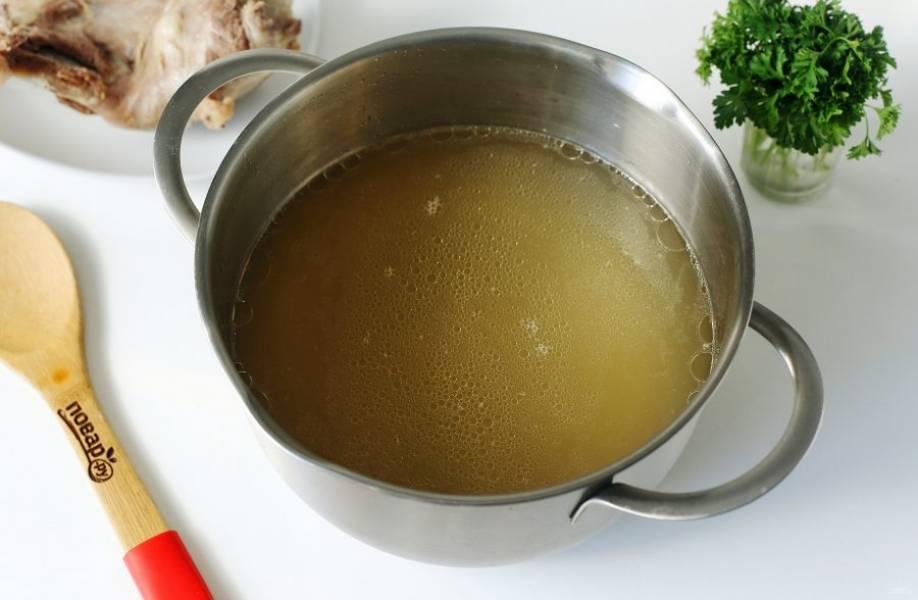 Мясо сварите в подсоленной воде с добавлением перца горошком и лаврушки. Готовый бульон процедите, верните в кастрюлю и поставьте на плиту. Мясо отделите от костей, нарежьте кусочками и отправьте в бульон обратно.