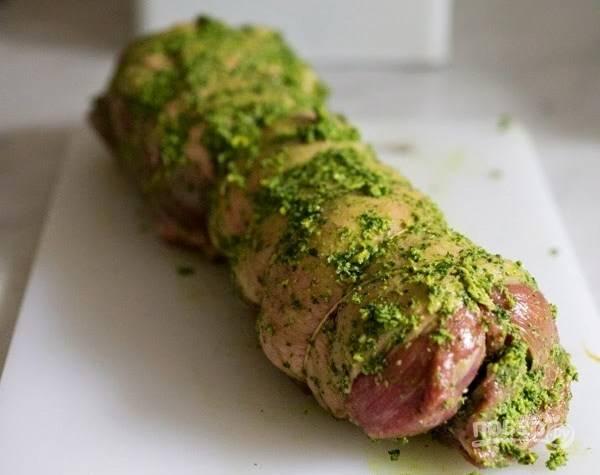 Оставшуюся травяную смесь вотрите в баранину с внешней стороны. Оставьте мясо мариноваться минимум на 1 час.