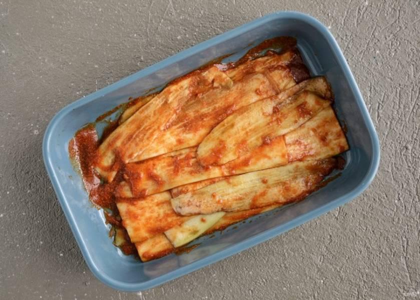 Промажьте пластины баклажана соусом, оставьте мариноваться минимум на 2 часа.