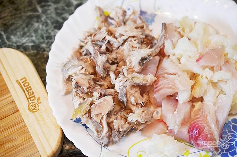Рыбное филе нарежьте на кусочки. Скумбрию отделите от костей и тоже нарежьте.