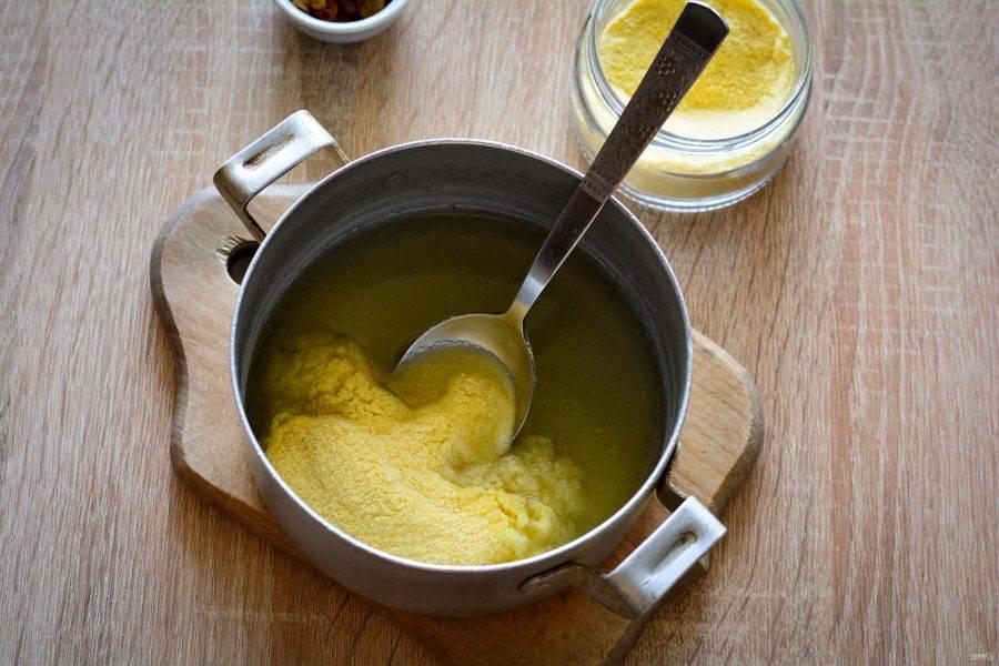Вскипятите стакан воды (200 грамм) и всыпьте кукурузную крупу.