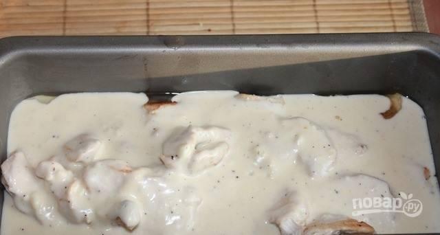 Залейте все приготовленным соусом, посыпьте натертым на мелкой терке пармезаном и измельченным в крошку миндалем.