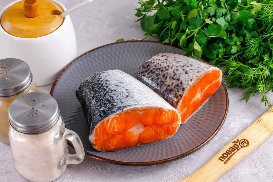 Подготовьте указанные ингредиенты. Если красная рыба приобреталась замороженной, то разморозьте ее и слейте жидкость.