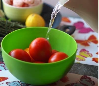 На помидорах делаем крестиком надрезы, кладем в глубокую тарелку и заливаем кипятком на пару минут.