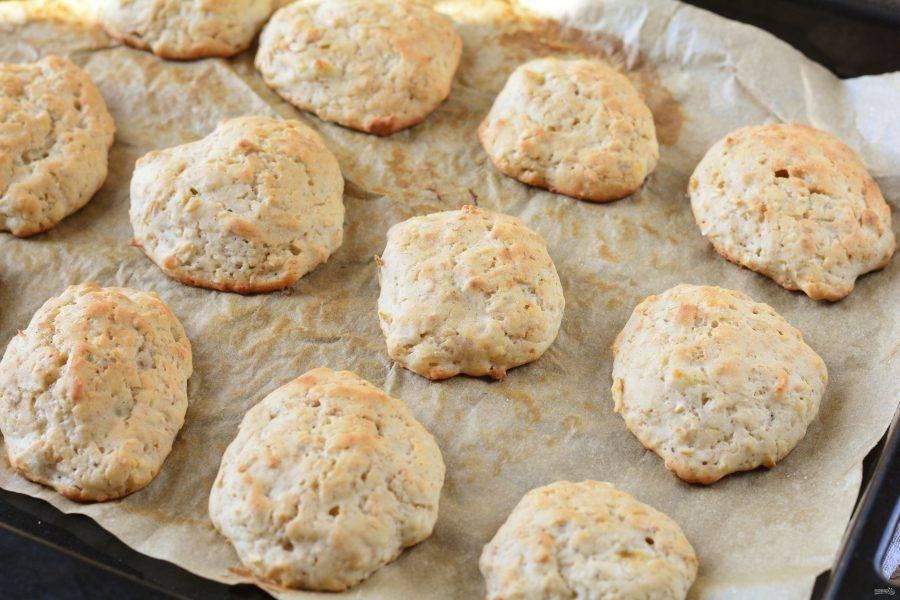 Выпекайте печенье в духовке 25 минут при температуре 180 градусов.