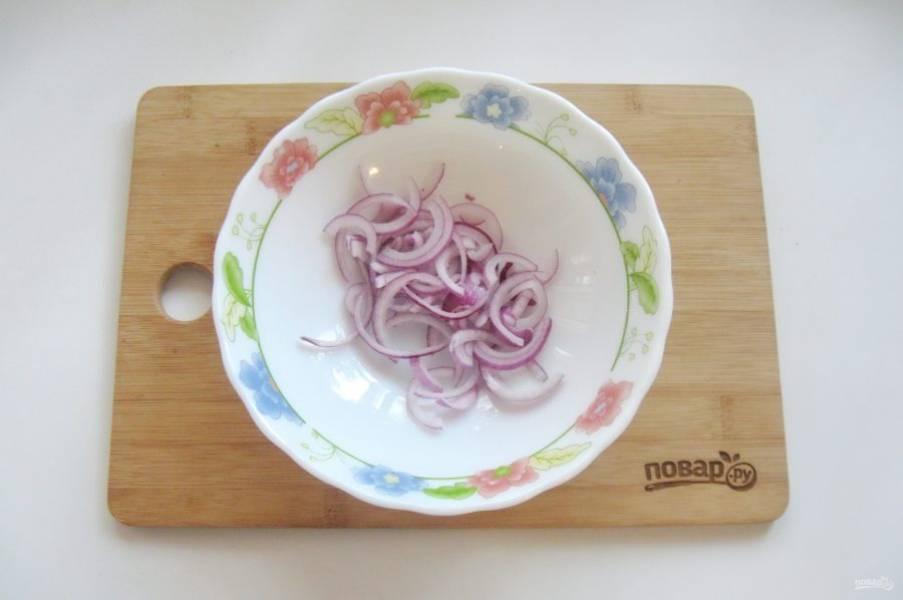 Репчатый, салатный лук очистите, помойте и нарежьте полукольцами.