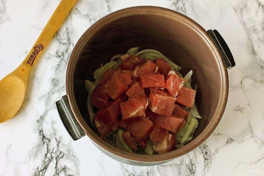 Затем добавьте нарезанное кусочками мясо.