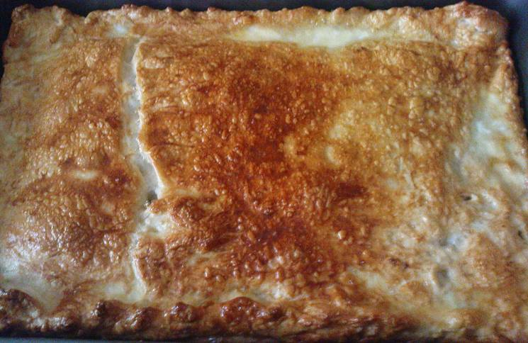 Выпекаем пирог в духовке 35 минут до красивой золотистой корочки. Температура 200 градусов.