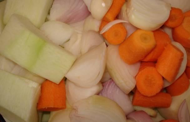 Все овощи тщательно промойте, очистите от кожуры и семян, а затем крупно нарежьте.
