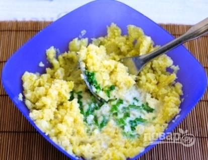 Из картофеля делаем пюре, понемногу добавляя молоко с луком.