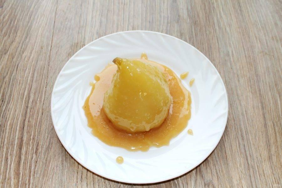 Полейте готовую грушу получившейся карамелью, украсьте и подавайте к столу.