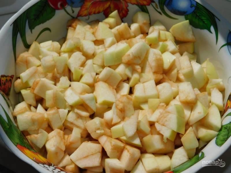 Яблоки нарежьте кубиками.