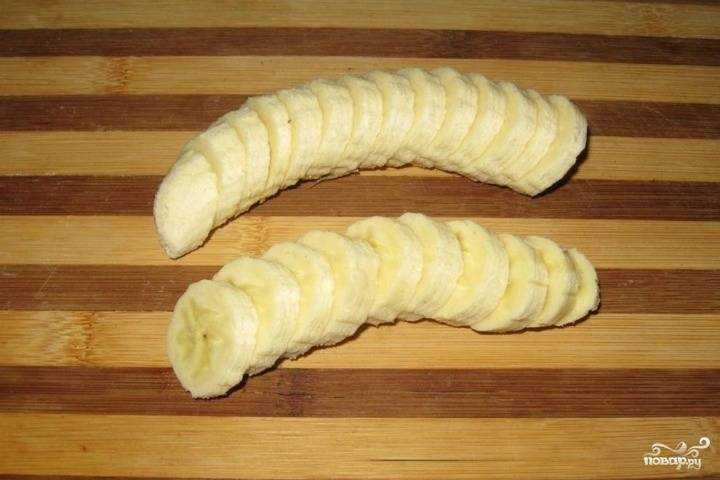 На испеченный заранее коржик выложите нарезанные кружочками спелые бананы. При желании вы можете использовать любые другие фрукты. Залейте бананы молочно-желатиновой смесью.