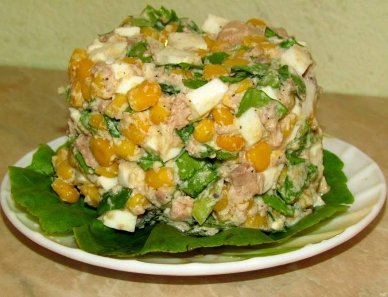 Перемешиваем все ингредиенты в миске, начинаем формировать салат. На тарелку выкладываем дополнительные листья салата или любую другую зелень. Кладем салат в формочку, утрамбовываем и переворачиваем на тарелку. Все готово! Подавайте с хлебушком и горячими напитками.