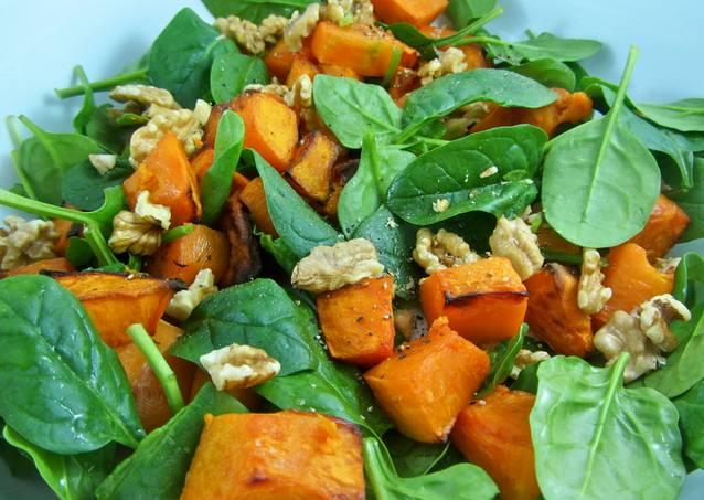 6. Соедините в глубоком салатнике все ингредиенты, аккуратно перемешайте.