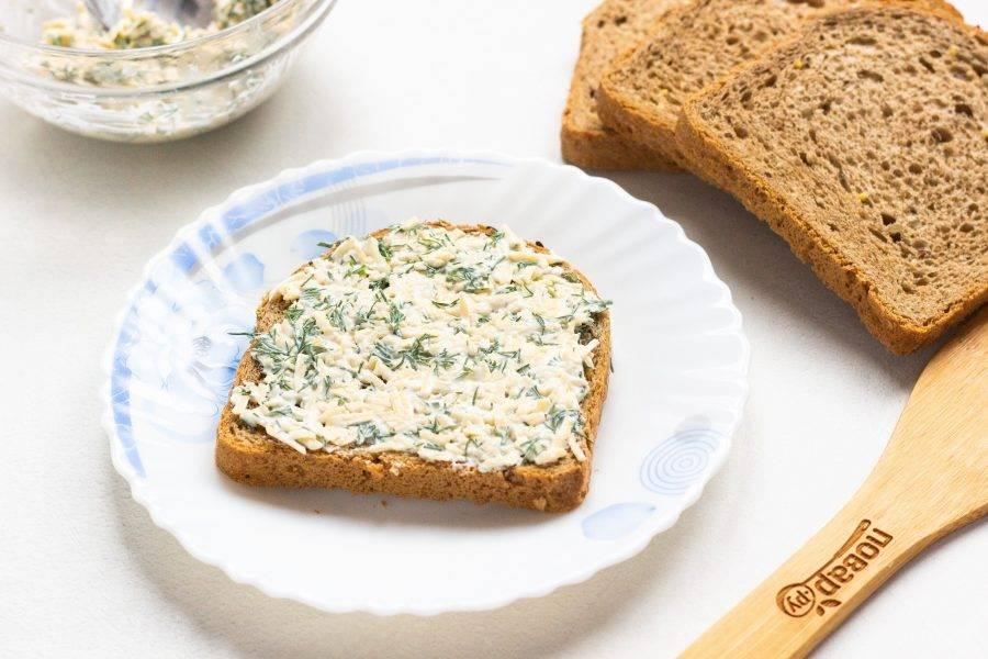 Хлеб намажьте сырной массой.
