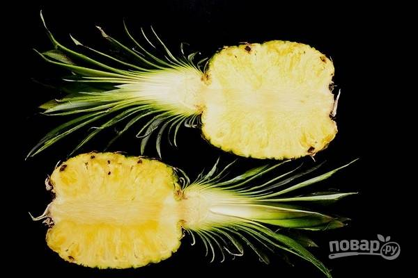 1.Разрежьте ананас на 2 половинки.