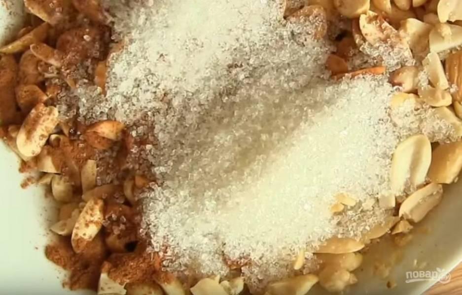 4. Смешайте орехи с сахаром и корицей.