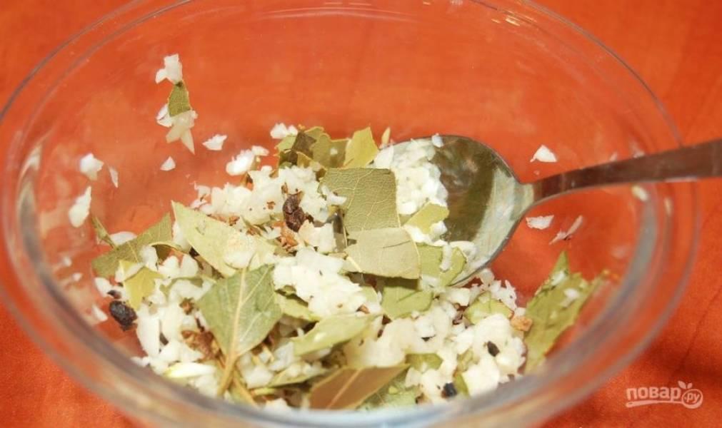 Сделайте смесь из специй. Лавровый лист поломайте, перец раздавите ложкой, а чеснок измельчите. Все ингредиенты перемешайте.