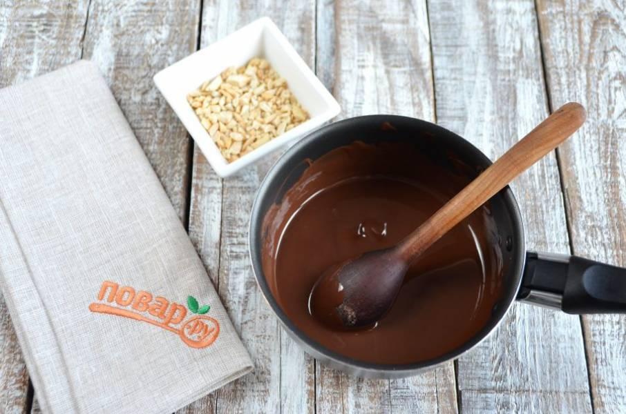 8. Растопите шоколад, измельчите арахис, который отложили для украшения печенья.