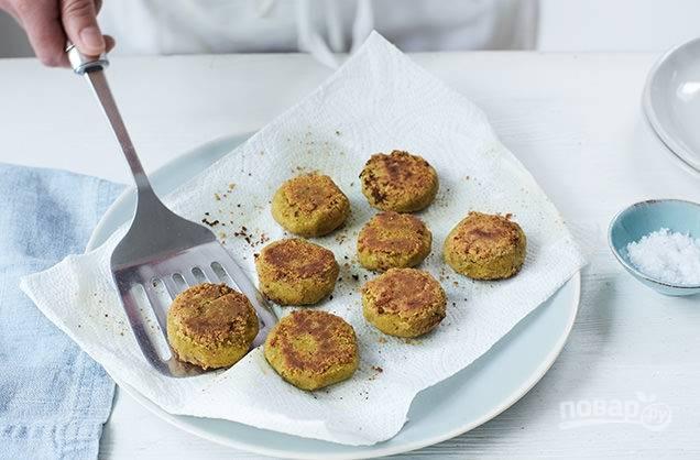 5. Обжарьте фалафель с каждой стороны по 3-4 минуты в сковороде на растительном масле. Подавайте блюдо с пряным хумусом.