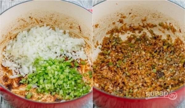 2. В кастрюлю тем временем отправьте измельченный лук и сельдерей. Обжарьте несколько минут, помешивая.