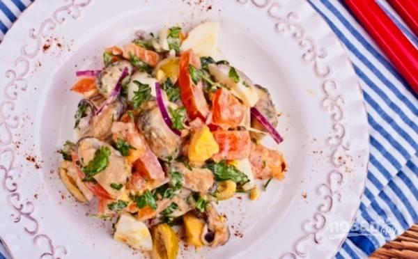 Все ингредиенты перемешайте в салатнице вместе с майонезом и солью. Приятного аппетита!