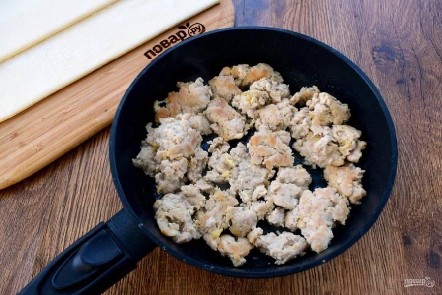 2.     Фарш обжарьте на разогретом растительном масле до румяной корочки по 1 минуте с двух сторон.