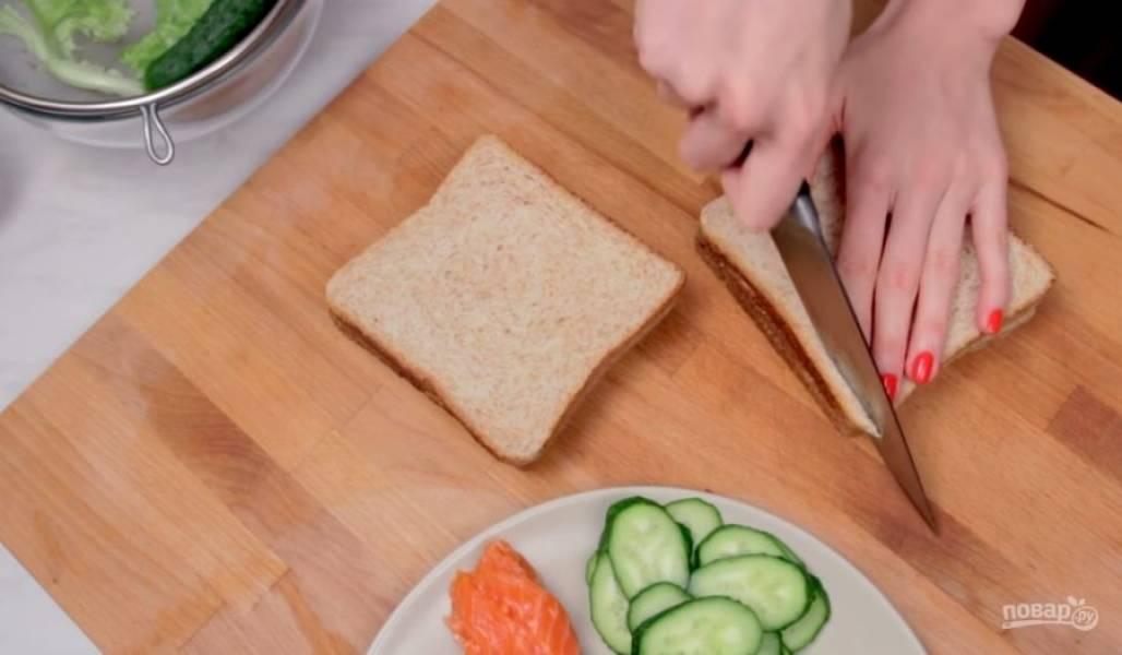 2. Подготовьте хлеб: вырежьте из него одинаковые квадраты, затем слегка срежьте углы, чтобы получить более округлую форму.