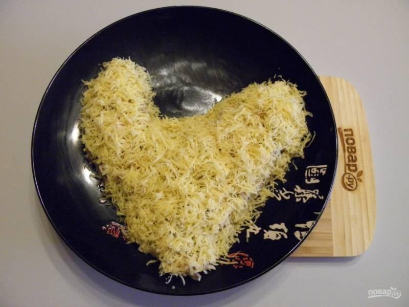 Оформите тело петушка тертым сыром. Я использовала самую мелкую терочку.