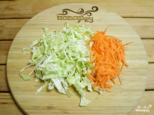Капусту тонко порежьте. Морковь натрите на терке.