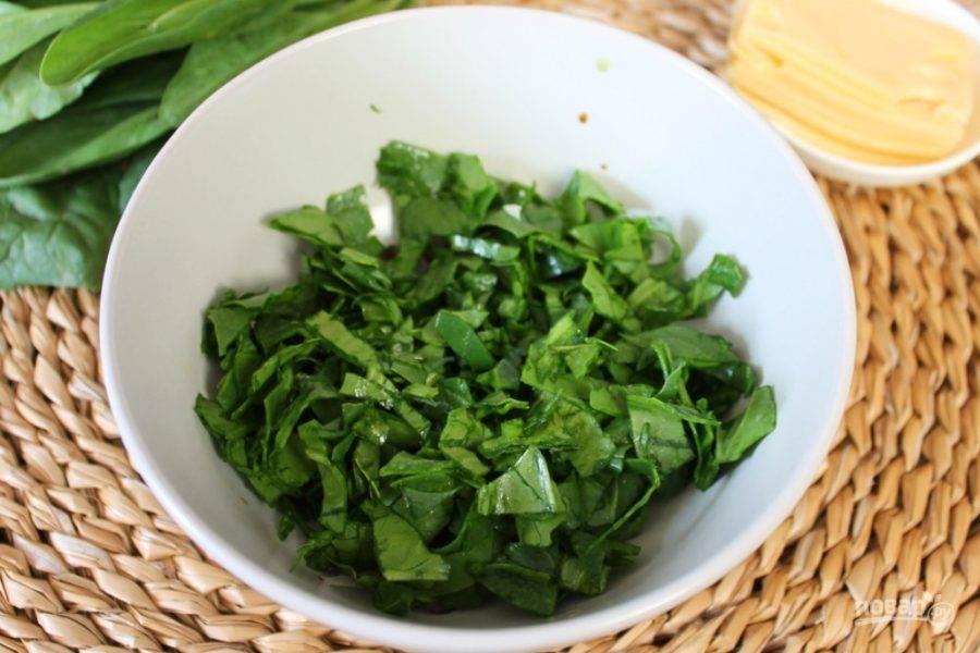Шпинат промываем, режем и выкладываем в салатник с луком.