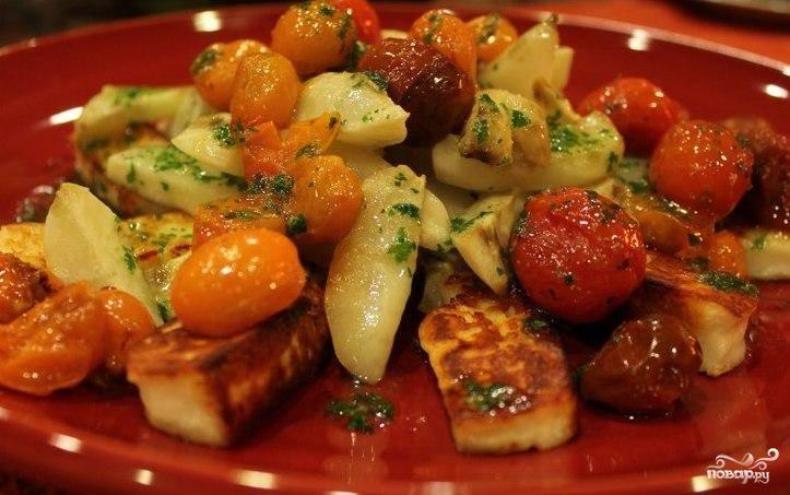 В салатницу выкладываем помидоры черри, топинамбур и сыр. Поливаем травяной смесью из блендера, перемешиваем и немедленно подаем - пока не остыло.