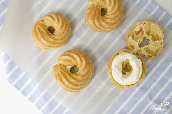 Крем переложите в кулинарный мешочек и поместите в холодильник, чтобы остыл. Тем временем разрежьте остывшие колечки на две части (каждое). Выложите по кругу крем из кулинарного мешка. Соедините половинки колечек, посыпьте их сахарной пудрой.