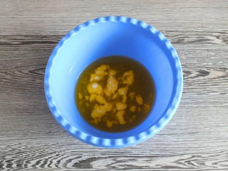 Растопите масло (или маргарин). Охладите до теплого состояния.