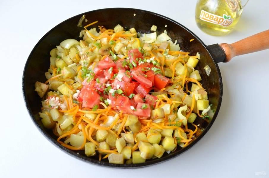 4. Порежьте крупно помидор, порубите чеснок, измельчите зелень. Добавьте к полуготовым овощам.