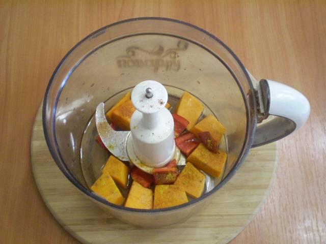 В чашу блендера сложите овощи, специи, воду.