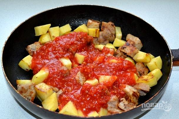 7. Влейте томат.