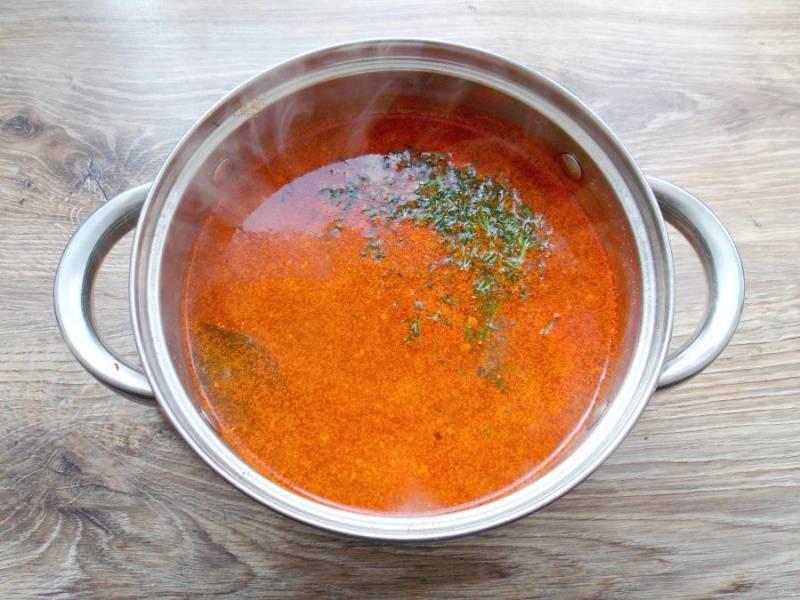 Зелень сполосните и обсушите, мелко порежьте. Суп поперчите, добавьте резаную зелень, перемешайте. Доведите суп до кипения и сразу снимайте. Дайте настояться в течение 10 минут и подавайте к столу.